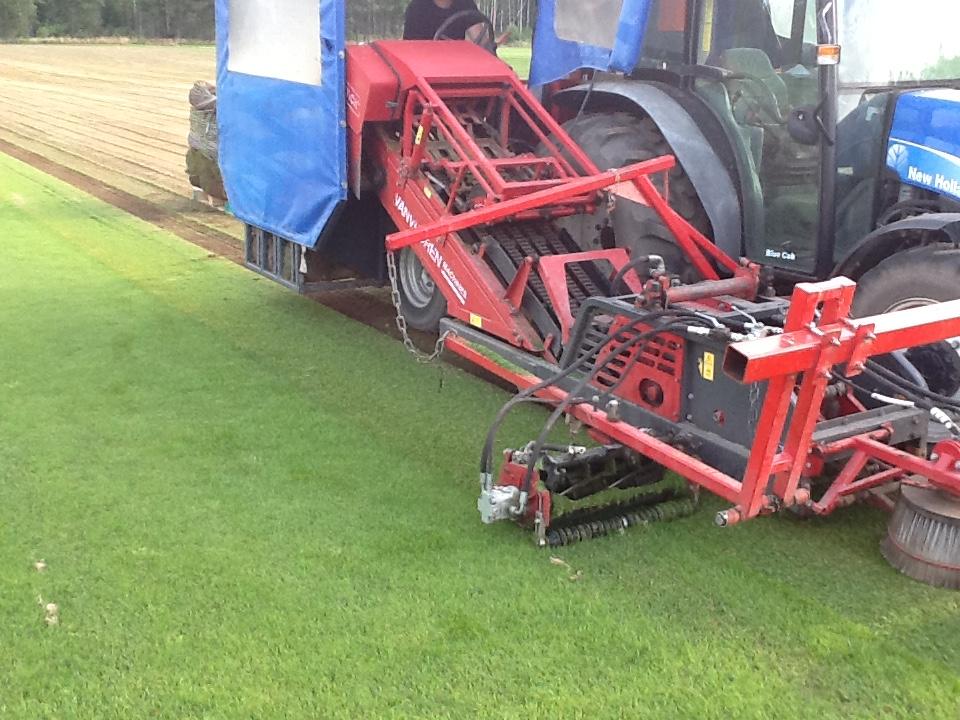 Turf Tick zodensnijder met N H tractor/onder voorbehoud verkocht